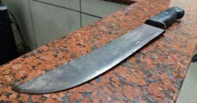 Homem armado com facão