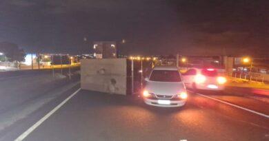 Vento tomba trailer e causa acidente na BR-369