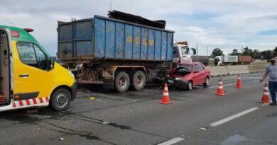 Acidente entre carro e caminhões deixa criança morta e dois feridos