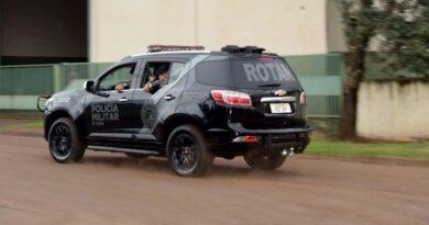 Na abordagem na estrada do Ouro Verde, a Rotam encontrou cocaína na cueca do motorista 4,8 gramas e uma bucha de 0,6 gramas com a passageira