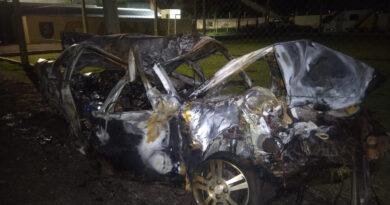 Em fuga, contrabandista morre ao bater carro carregado com cigarros