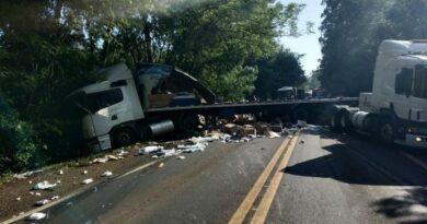 Duas pessoas feridas em colisão entre carretas, em Londrina