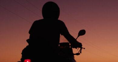 Adolescente de 16 anos é flagrado pilotando moto