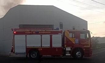 Bombeiros de Arapongas combatem incêndio em empresa