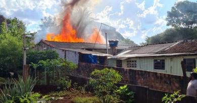 Casa fica destruída após incêndio em Borrazópolis