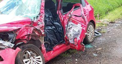 Homem morre em colisão entre carro e carreta na PR-466