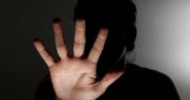 Após ameaçar namorada, homem morde mão de criança de 6 anos