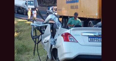 Uma pessoa morre e outra fica ferida em acidente entre carro e ônibus