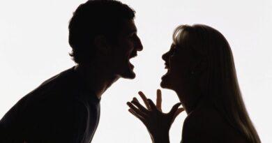 Mulher acusa marido de traição e bate nele com televisão