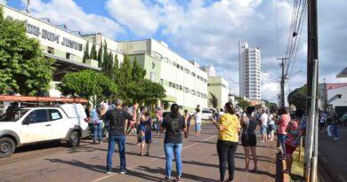 Fieis cantam e oram para enfermos e trabalhadores da saúde, em Ivaiporã