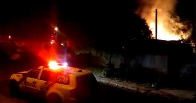 Incêndio destrói casa e Ford Escort em Manoel Ribas