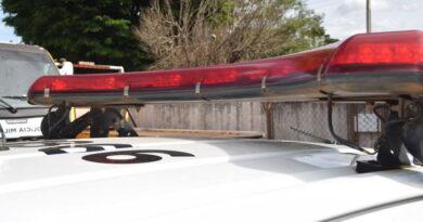 Ladrão pula muro, arromba e furta objetos de residência