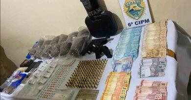 PM tira de circulação, armas drogas e munições, dois homens presos