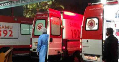 Pacientes com Covid esperam por atendimento em ambulâncias