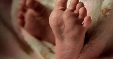 Mulher embriagada é presa por maus tratos a bebê de 8 meses, em Apucarana
