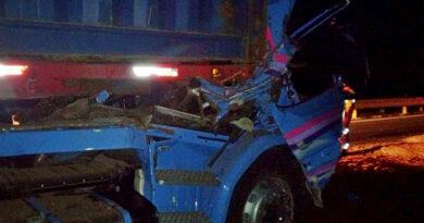 Motorista morre após colisão traseira entre caminhões, em Ortigueira