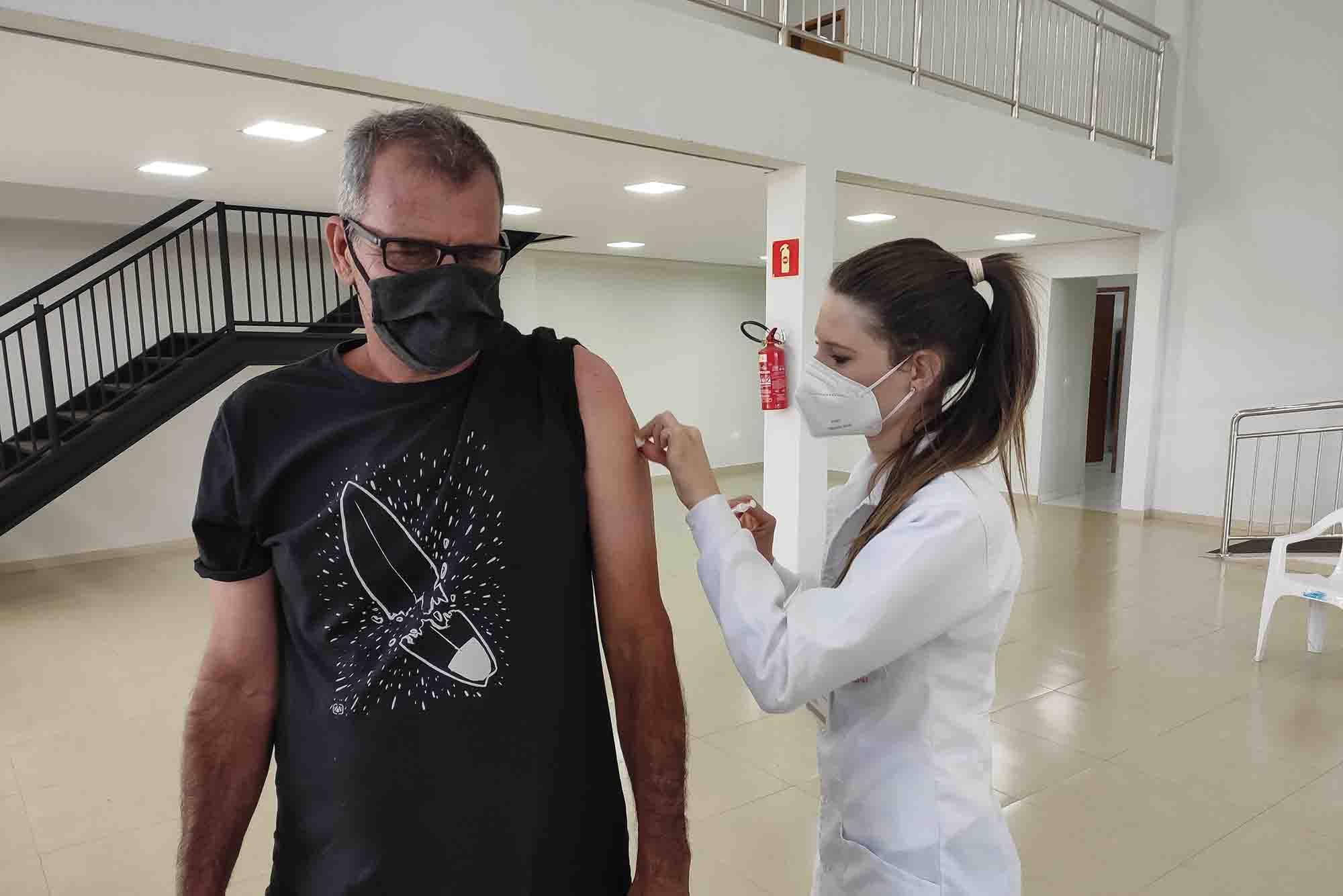 Ivaiporã vacina pessoas com 55 anos de idade