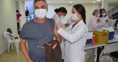 Pessoas com 52 e 51 anos recebem vacina contra coronavírus