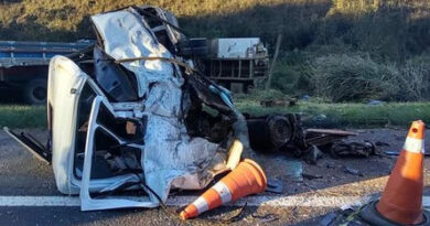 Um morto e três feridos em colisão entre caminhões no Paraná
