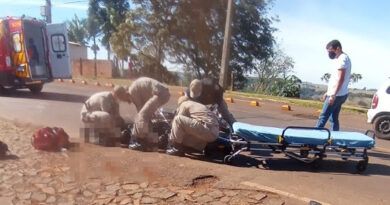 Motociclista tem ferimentos graves em colisão com Kombi