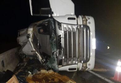 Motorista de carreta morre em acidente na Serra do Cadeado
