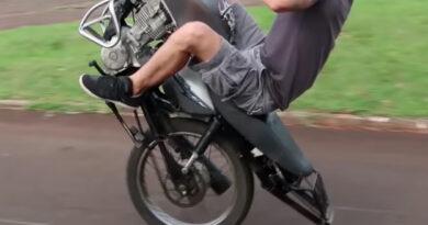 Empinando motocicleta