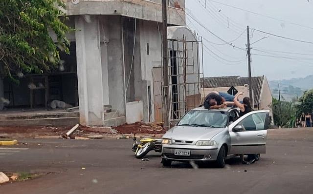 Motociclista para em teto de carro após acidente em São João do Ivaí