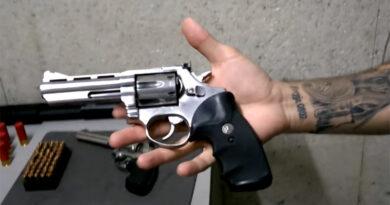 Neto furta revólver