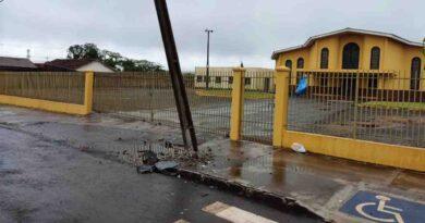 Corolla bate e quebra poste em Jardim Alegre